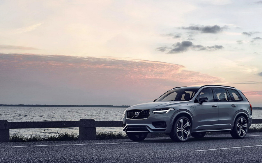 VOLVO XC90 T8 PLUG-IN HYBRID ELECTRIC. RECHARGE!