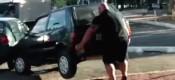 Ποδηλάτης σηκώνει ένα αυτοκίνητο... με τα χέρια (VIDEO)