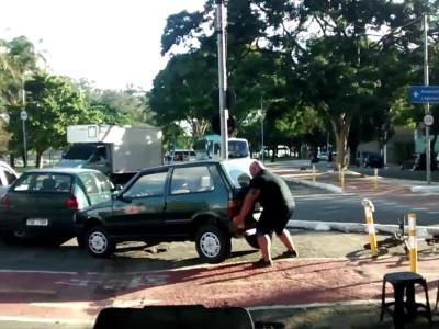 Ποδηλάτης σηκώνει ένα αυτοκίνητο... με τα χέρια