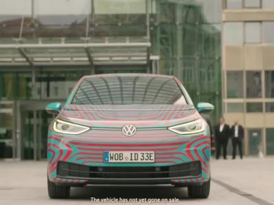 Ο προπονητής της Εθνικής Γερμανίας στο τιμόνι του ηλεκτρικού Volkswagen ID.3