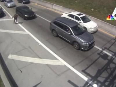 Οδηγός εκσφενδονίζει αστυνομικό στον αέρα