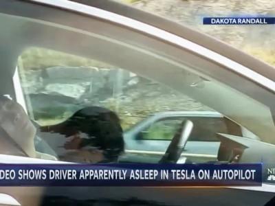 Οδηγός κοιμόταν και το Tesla πήγαινε με 100 χλμ/ώρα