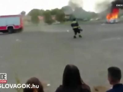 Πυροσβεστικό «τούμπαρε» κατά την επίδειξη κατάσβεσης φωτιάς (video)