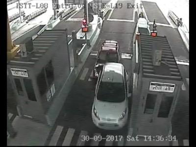 Αυτοκίνητο πέφτει πάνω σε άλλο σε σταθμό διοδίων